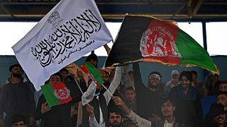 Kabil'de kriket maçında Afganistan ile Taliban bayrakları yan yana
