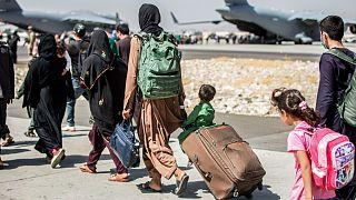 عائلات أفغانية مقيمة في الولايات المتحدة في مطار كابول في أفغانستان.