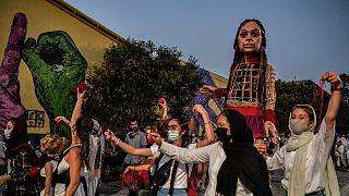 """""""A Pequena Amala"""" desfila pelas ruas de Atenas"""