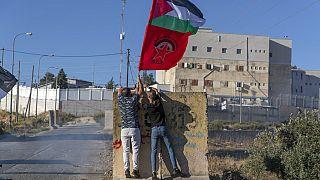 Palästinensische Demonstranten zeigen eine palästinensische Flagge