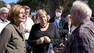 Ангела Меркель общается с жителями Альтенар, одной из наиболее пострадавших от наводнений коммун, 3 сентября 2021 г.