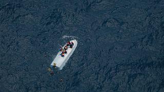 مهاجرون عالقون على فوق قاع قارب قبالة السواحل الليبية