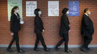 عمليات تطعيم لشباب في بريطانيا