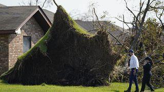 """Джо Байден посещает районы, пострадавшие от урагана """"Ида"""" в Луизиане"""