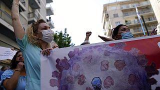 Yunanistan'da hükümetin Covid-19'a karşı aşılamayı tüm sağlık çalışanları için zorunlu hale getirme kararı protesto edildi. 26 Ağustos 2021