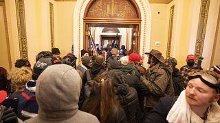 Tüntetők egy csoportja a képviselőházi ülésterem ajtaja előtt 2021. január 6-án