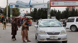 Iszlamista tálib fegyveresek őrködnek a kabuli Hamid Karzai Nemzetközi Repülőtér előtt