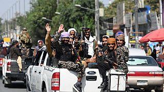 Taliban üyeleri Kabil'de devriye gezerken
