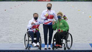 A győztes brit Charlotte Henshaw és honfitársa, a második helyezett Emma Wiggs, valamint a bronzérmes Varga Katalin