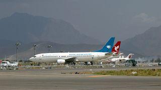 ARCHIVO- En esta foto del 31 de agosto de 2021, aviones aparcados en la pista del aeropuerto internacional Hamid Karzai tras la retirada del ejército estadounidense, en Kabul.