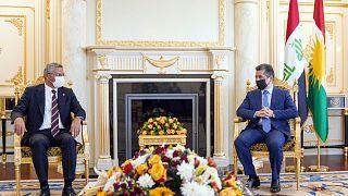 CHP Genel Başkan Yardımcısı Oğuz Kaan Salıcı (solda) başkanlığındaki parti heyeti, IKBY Başbakanı Mesrur Barzani (sağda)