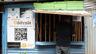 Un trabajador realiza una compra en una pequeña tienda que acepta Bitcoin, en Tamanique, El Salvador, el 9 de junio de 2021.