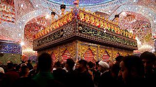 مصلون شيعة يزورون ضريح الإمام عباس خلال مسيرات محرم في كربلاء، الخميس 2 سبتمبر 2021