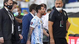 Ο Λιονέλ Μέσι αποχωρεί από το γήπεδο μετά τη διακοπή του αγώνα Βραζιλία-Αργεντινή για τα προκριματικά του Μουντιάλ λόγω εφόδου των υγειονομικών αρχών