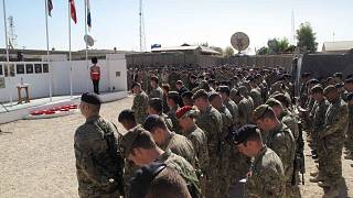 جنود بريطانيون بقيادة حلف شمال الأطلسي يقفون دقيقة صمت خلال احتفال يوم المحاربين البريطانيين القدامى في قاعدة الناتو في لشكركاه، جنوب كابول، أفغانستان، الأحد 11 نوفمبر 2012