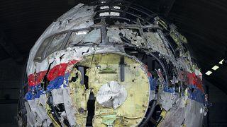"""Обломки """"Боинга"""" MH-17 на стенде для реконструкции в Нидерландах"""