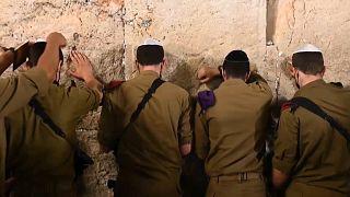 مصلون يهود يصلون عند حائط المبكى في القدس