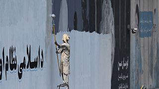 Taliban başkent Kabil'deki duvar resimlerini siliyor
