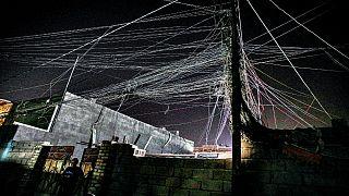 شبكة أسلاك المولدات الكهربائية في البصرة ، العراق ، الثلاثاء ، 29  حزيران / يونيو، 2021