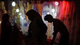 Uygur Özerk Bölgesi'nde bir tekstil dükkanı