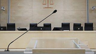 Le micro devant la Cour d'assises spéciale de Paris  (2 september 2001)