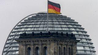 العلم الالماني يرفرف فوق مبنى البرلمان في برلين. 2017/09/24