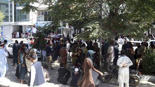 Kabul, caos davanti alle banche. Civili in coda per prelevare i risparmi