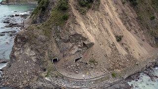 صور جوية تظهر الأضرار التي لحقت بطريق سريع تابع للدولة بالقرب من كايكورا بعد زلزال قوي ضرب نيوزيلندا.