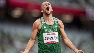 احتفال إسكندر جميل عثماني من الجزائر بعد حصوله على الميدالية الذهبية، في زمن قياسي عالمي بلغ 46.70 ثانية، خلال الألعاب البارالمبية، في 2 سبتمبر 2021، في طوكيو، اليابان