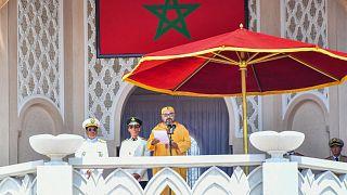الملك المغربي محمد السادس يحيي الحشد خلال مراسم البيعة بقصر الملك بتطوان بمناسبة الذكرى العشرين لتولي محمد السادس العرش.
