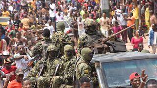 احتفال الناس في الشوارع مع أفراد القوات المسلحة الغينية بعد القبض على رئيس غينيا، ألفا كوندي، في انقلاب في كوناكري، 5 سبتمبر 2021.
