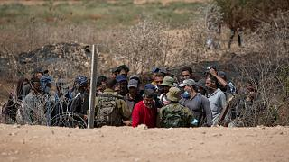 القوات الإسرائيلية تجري عمليات تفتيش في محيط سجن جلبوع في الضفة الغربية.