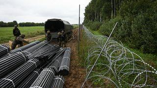 Des soldats polonais renforcent la frontière avec le Bélarus en Pologne, le 26 août 2021