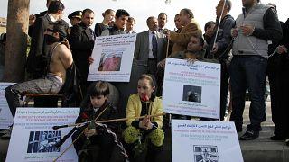 متظاهرون سوريون في بيروت للتنديد بالتعذيب والإخفاء القسري.