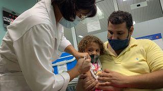 تطعيم طفلة في كوبا