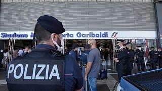 عناصر من الشرطة الإيطالية في محطة قطار بورتا غاريبالدي ميلانو، إيطاليا.