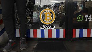 """""""Nous acceptons le Bitcoin"""" annonce un barbier à Santa Tecla, au Salvador, 4 septembre 2021"""
