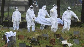 استعدادات لحرق جثة صبي يبلغ من العمر 12 عاما مات بسبب فيروس نيباه في كوزيكود بولاية كيرالا، الهند.