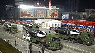 Katonai parádé Észak-Koreában 2021 januárjában