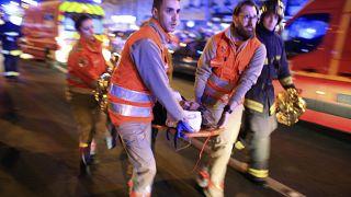 مسعفون يقومون بإجلاء امراة ضحية اعتداءات إرهابية داخل مسرح باتاكلان خلال حفل موسيقي. ، 13 تشرين الثاني (نوفمبر) 2015