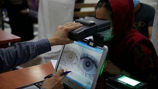 اسکن عنبیه چشم یک شهروند افغان برای ثبت هویتش