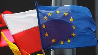 AB ve Polonya bayrakları