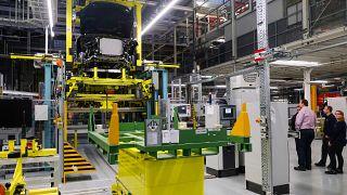 موظفون في مصنع لشركة مرسيدس-بنز الألمانية لصناعة السيارات الفاخرة في بريمن، ألمانيا.