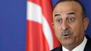 مولود تشاوش أوغلو، وزير الخارجية التركي في مؤتمر صحفي  بلغراد، صربيا.