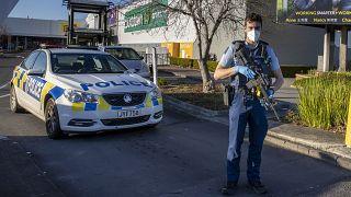 شرطي مسلح يقف أمام متجر في أوكلاند في نيوزيلندا. 2021/09/04