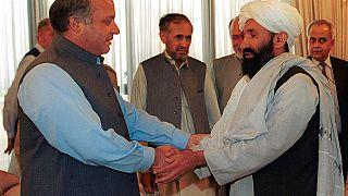 Archive du mollah Mohammad Hassan Akhund (à droite), désormais chef du nouveau gouvernement intérimaire afghan, 25 août 1999