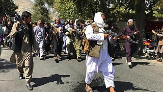 Tálib fegyveresek Kabul utcáin 2021. szeptember 7-én, a kormányalakítás bejelentésekor