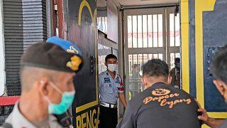الشرطة الإندونيسية عند المدخل الرئيسي للسجن