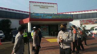 Guardas e soldados guardam a prisão de Tangerang