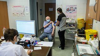 Egy férfi megkapja a harmadik oltását a salgótarjáni Szent Lázár Megyei Kórház oltópontján